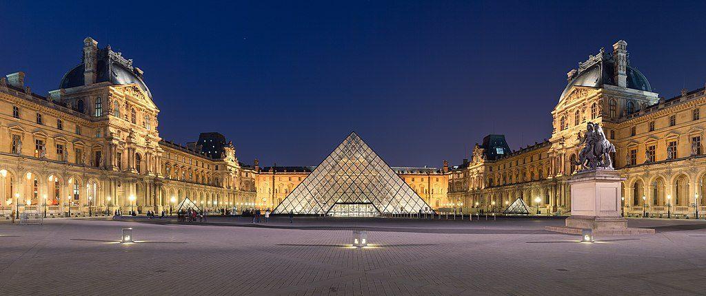 pyramída Louvre Museum