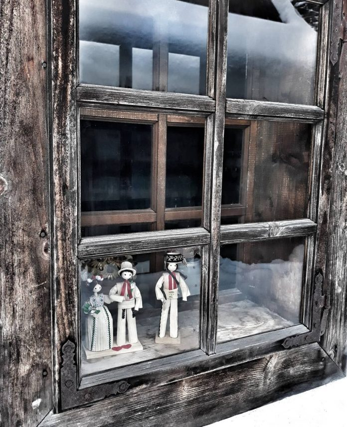 slamené postavičky v okne