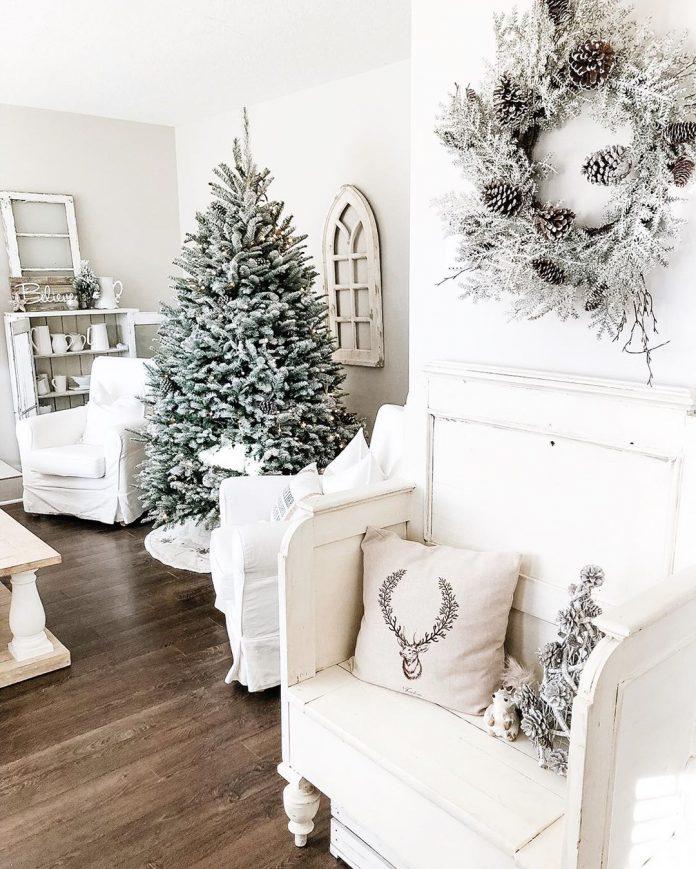 Vianočne zariadená izba do biela