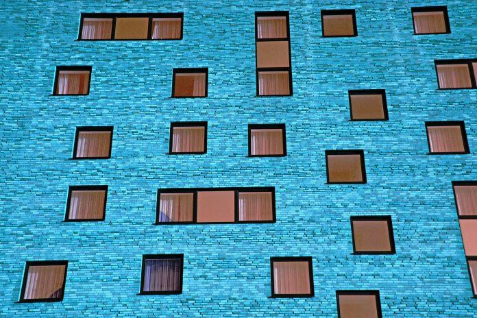 moderný modrý panelák s hnedými oknami