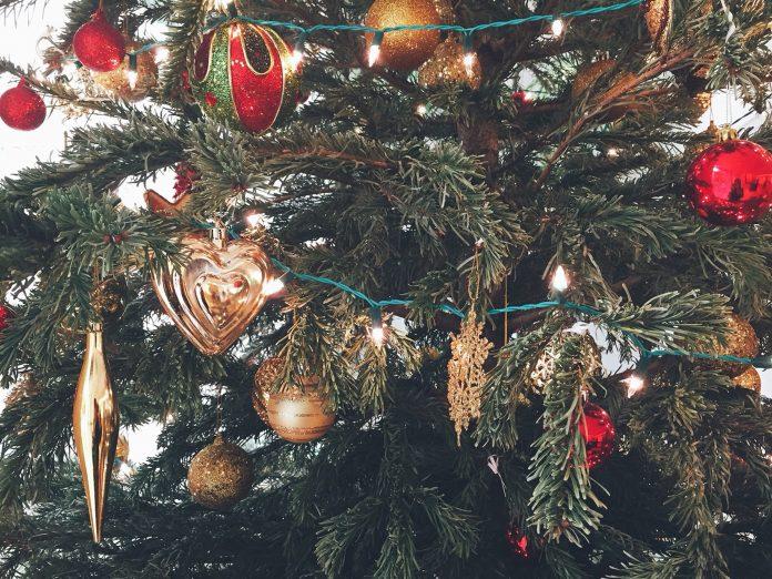 vianočné ozdoby na vianočnom stromčeku