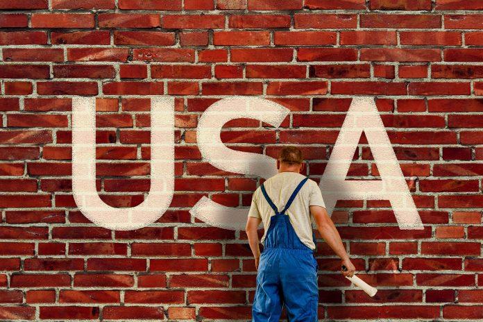nápis USA na tehlovej stene