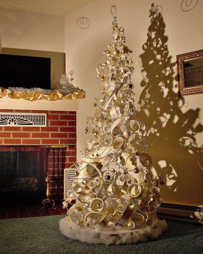 strieborný vianočný stromček z pneumatiky