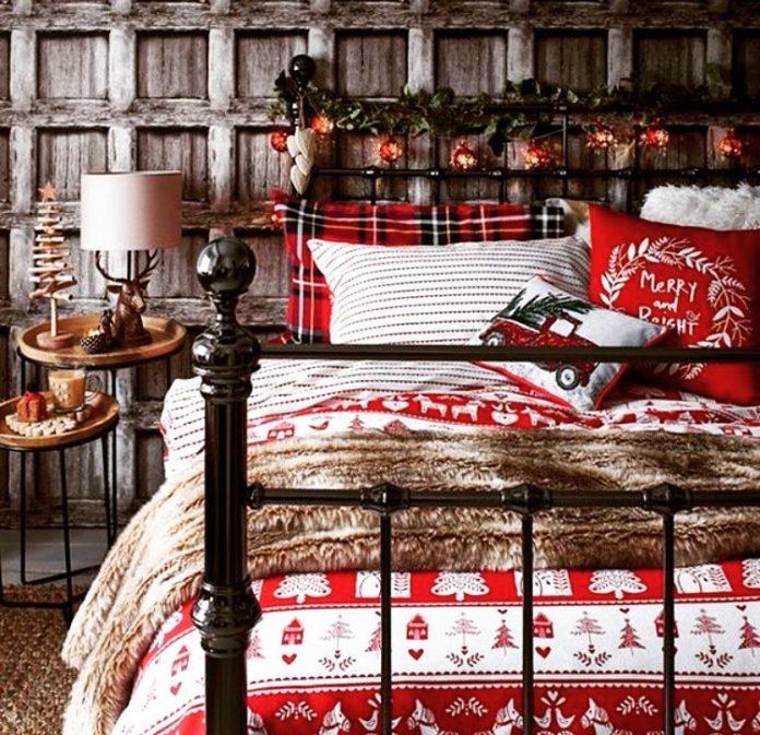 posteľ s vianočnými obliečkami