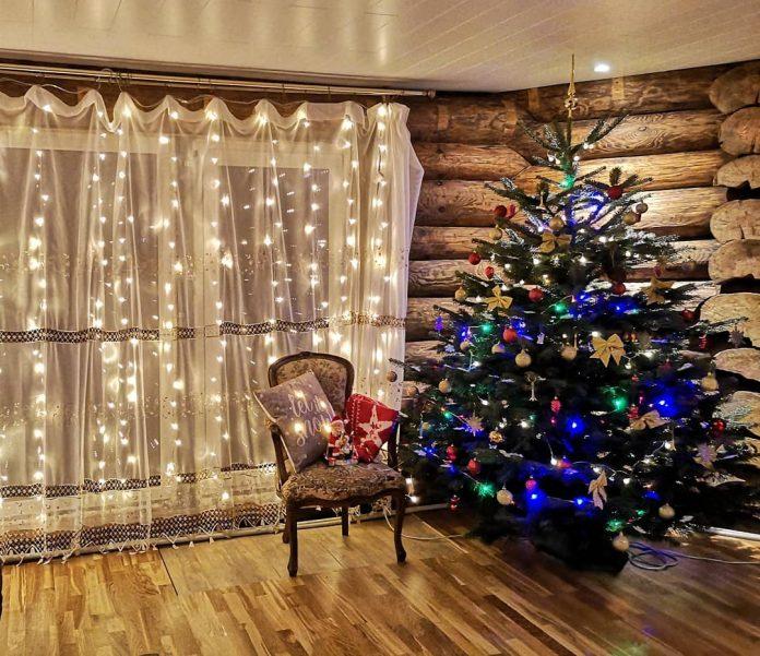 vyzdobený vianočný stromček v obývačke