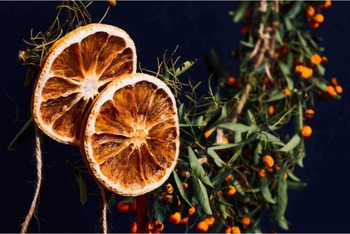 sušený pomaranč na stromčeku