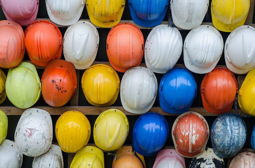 veľa farebných stavebných prilieb