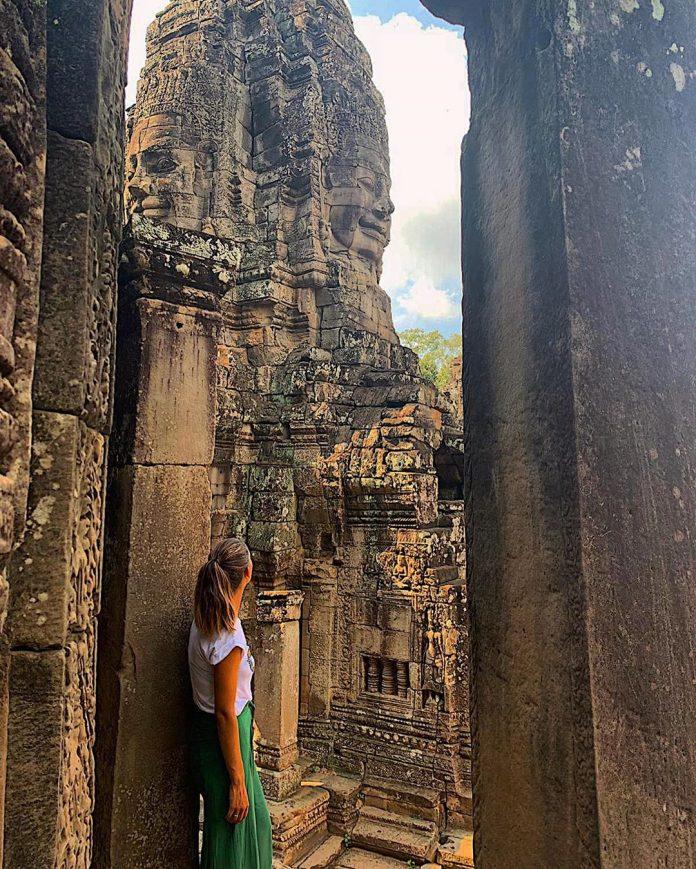 žena pred Angkor Wat