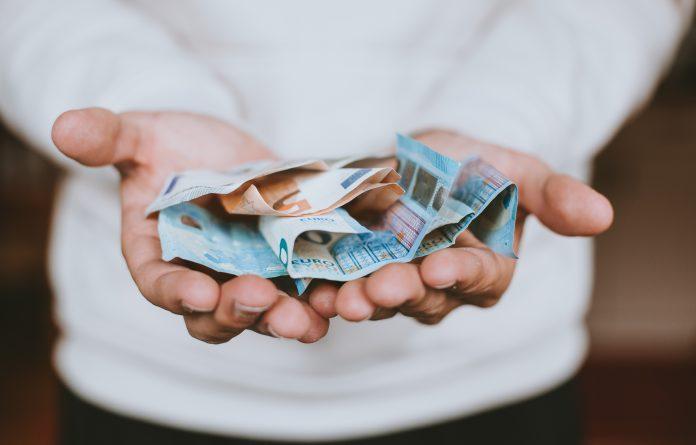 ruky s bankovkami