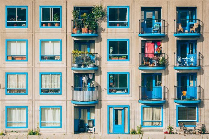panelák tyrkysové okná