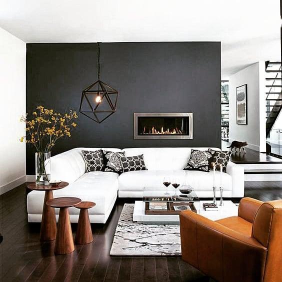 obývačka biela sedačka sivá stena