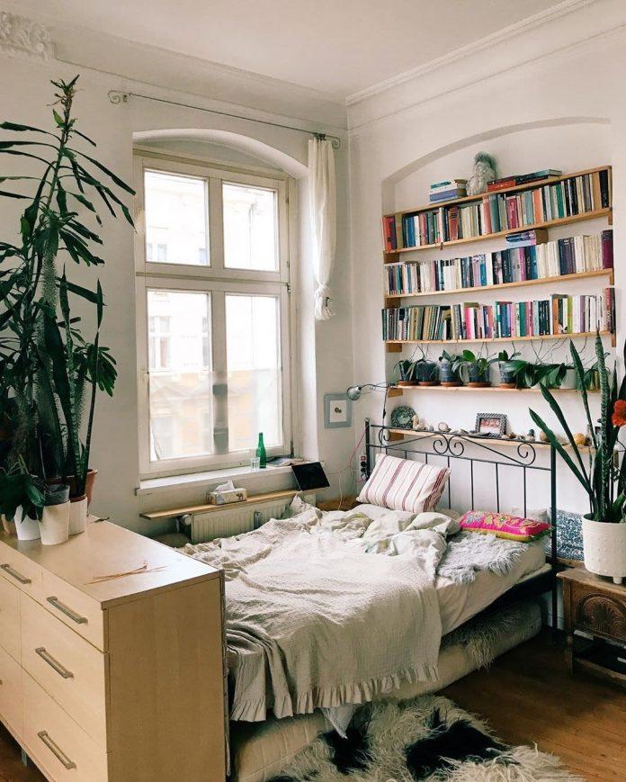 posteľ izba na prenájom polica s knihami