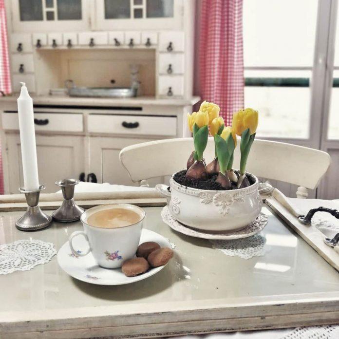 jarné kvietky kuchyňa šálka kávy vidiecky štýl