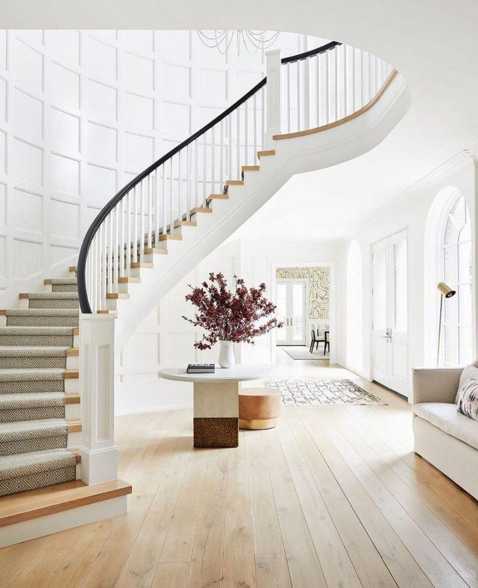biele schodisko priestranný dom