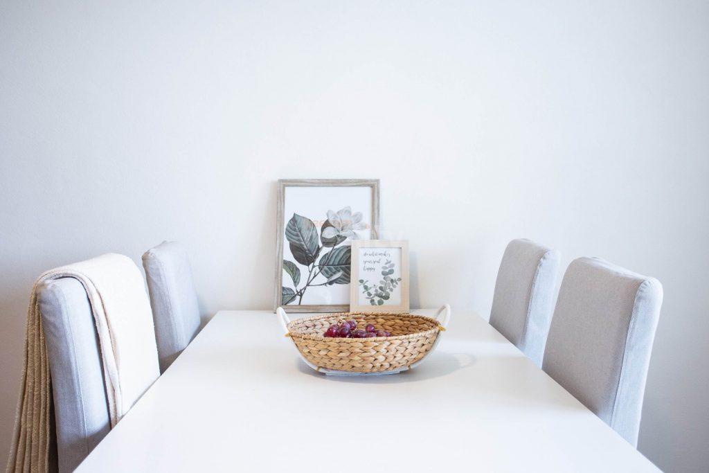 krásne upravený byt a prestretý stôl kuchyni
