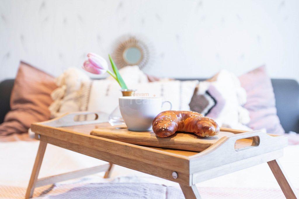 krásny drevený podnos na raňajky v posteli