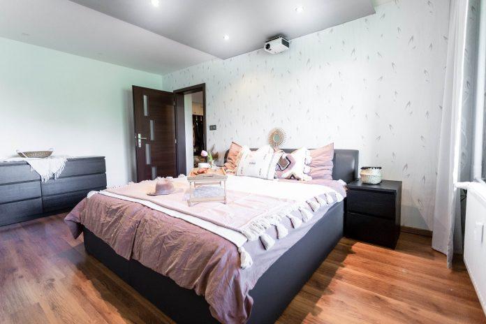 krásna a upravená spálňa , využitie homestagingu