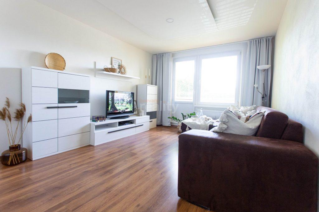 upravená obývačka po homestagingu svetlý a veľký priestor