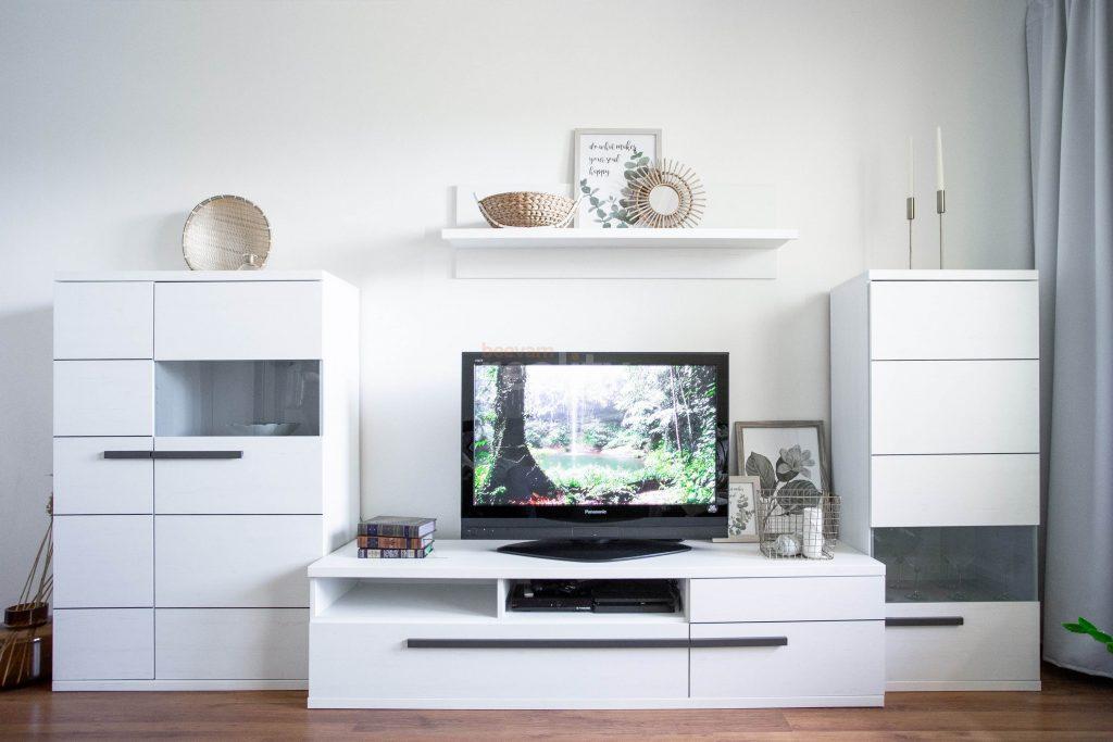 krásna biela obývačková zostava v byte po homestagingu