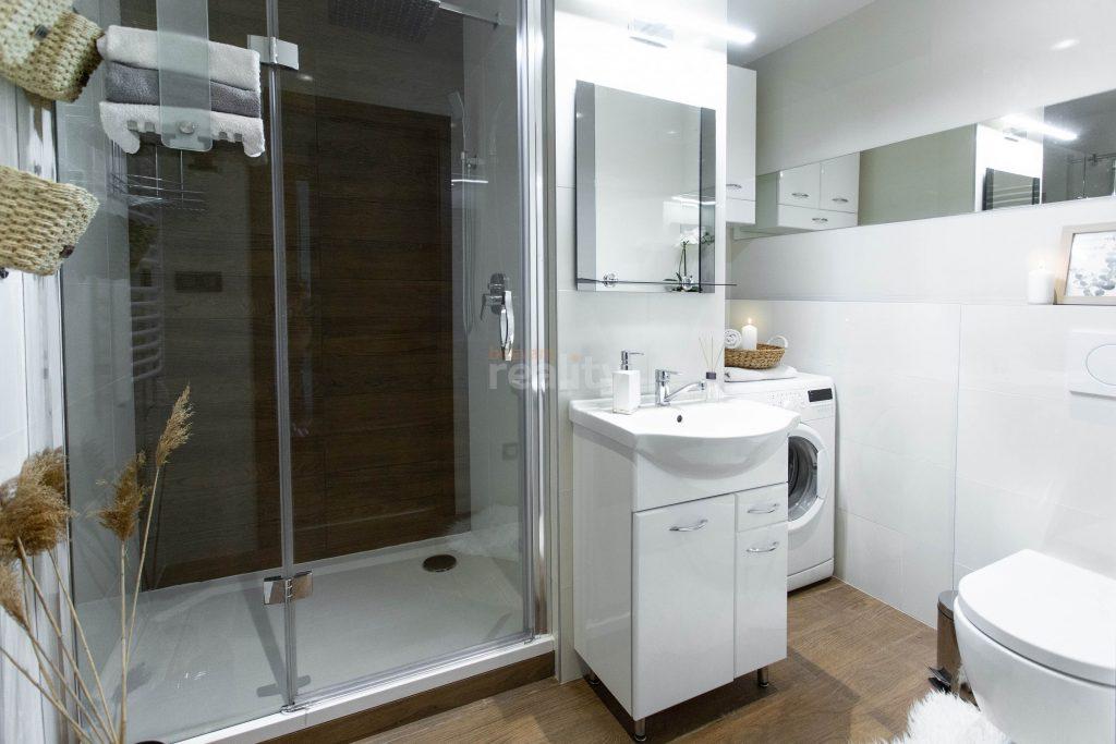 krásna a priestranná kúpeľňa po úprave homestagerom