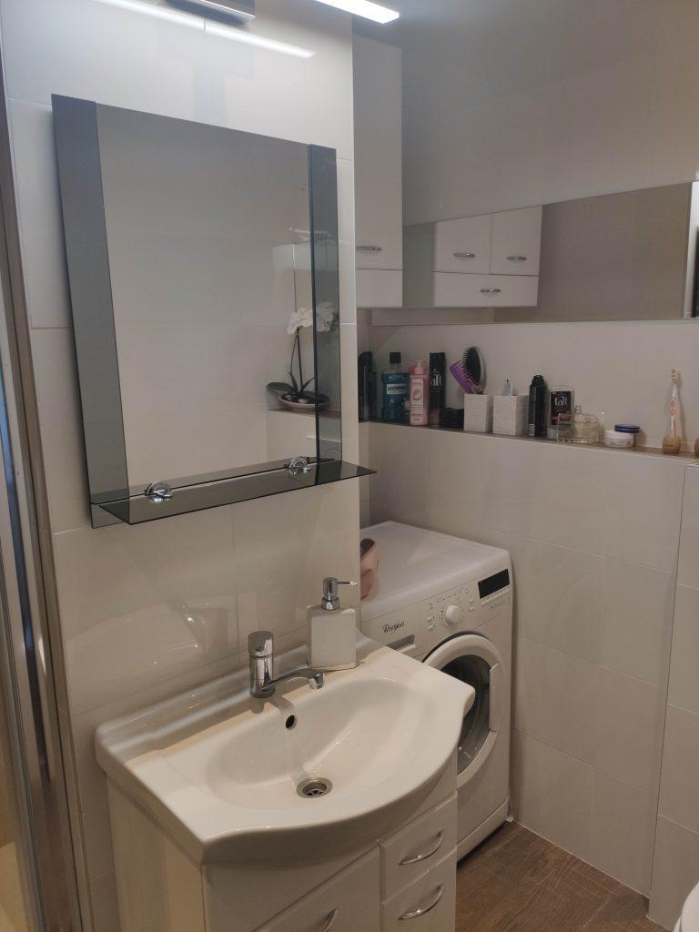 preplnená kúpeľňa s množstvom hygienických pomôcok