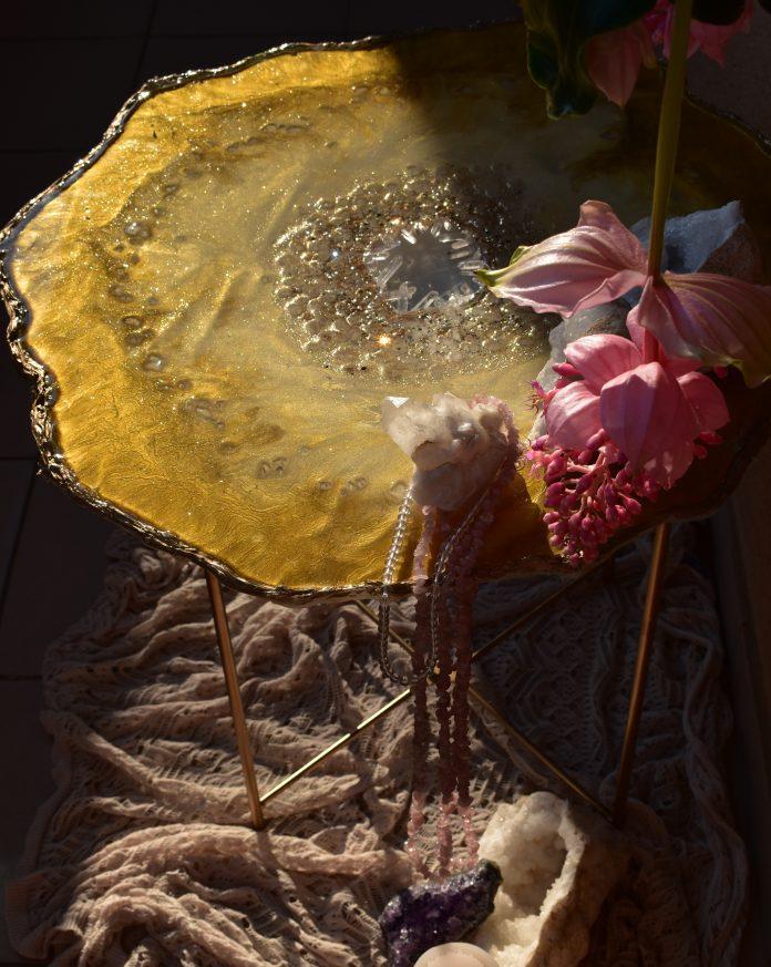 stôl z epoxidovej živice