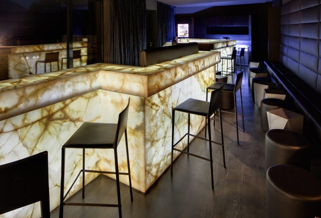 bar s ónyxovým pultom