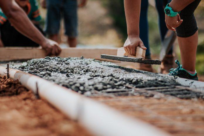 stavba základy domu ruky