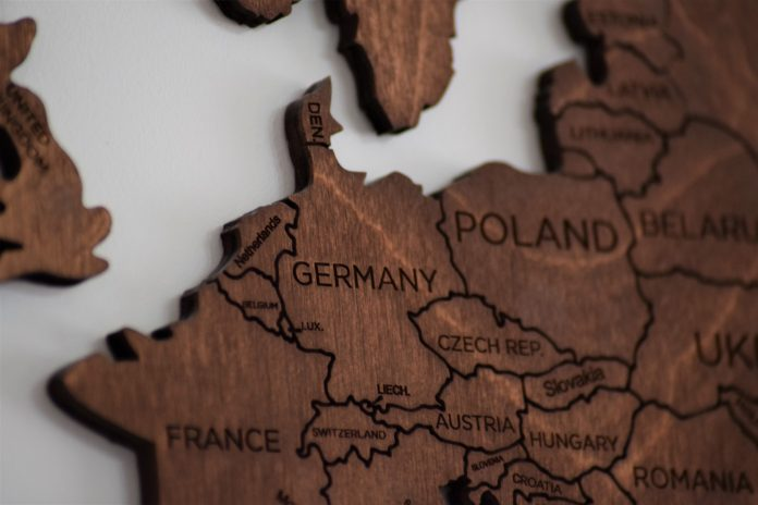 krásna drevená mapa sveta