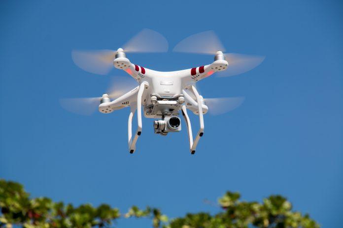 biely dron lietajúci v prírode