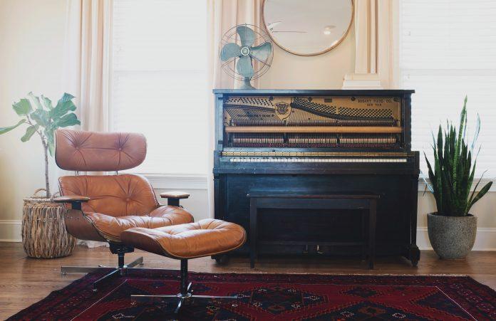 moderne zariadený interiér s hudobným nástrojom