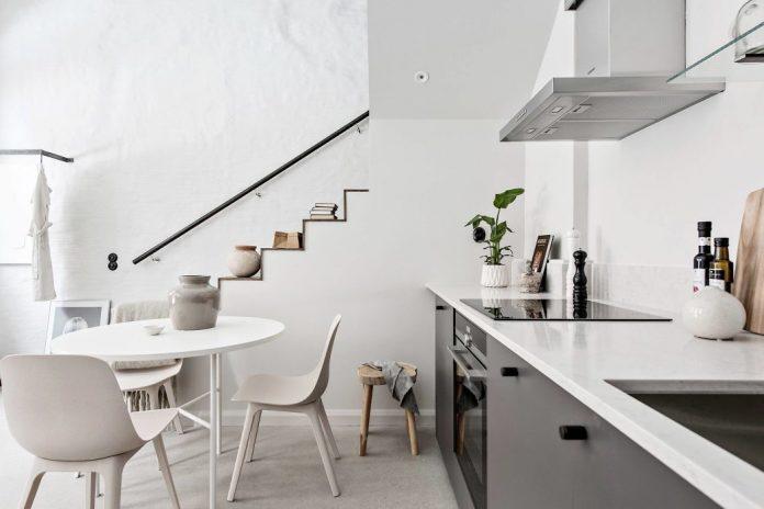 moderný biely interiér v mezonete