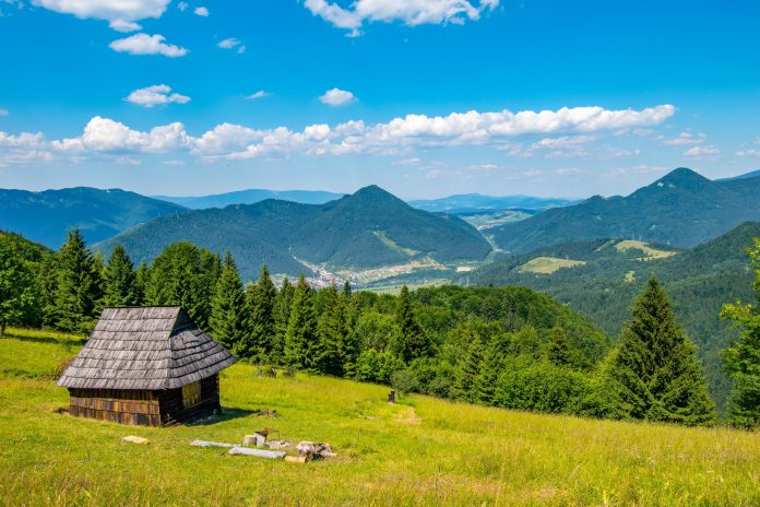 malebná drevená chata na upätí slovenských kopcov
