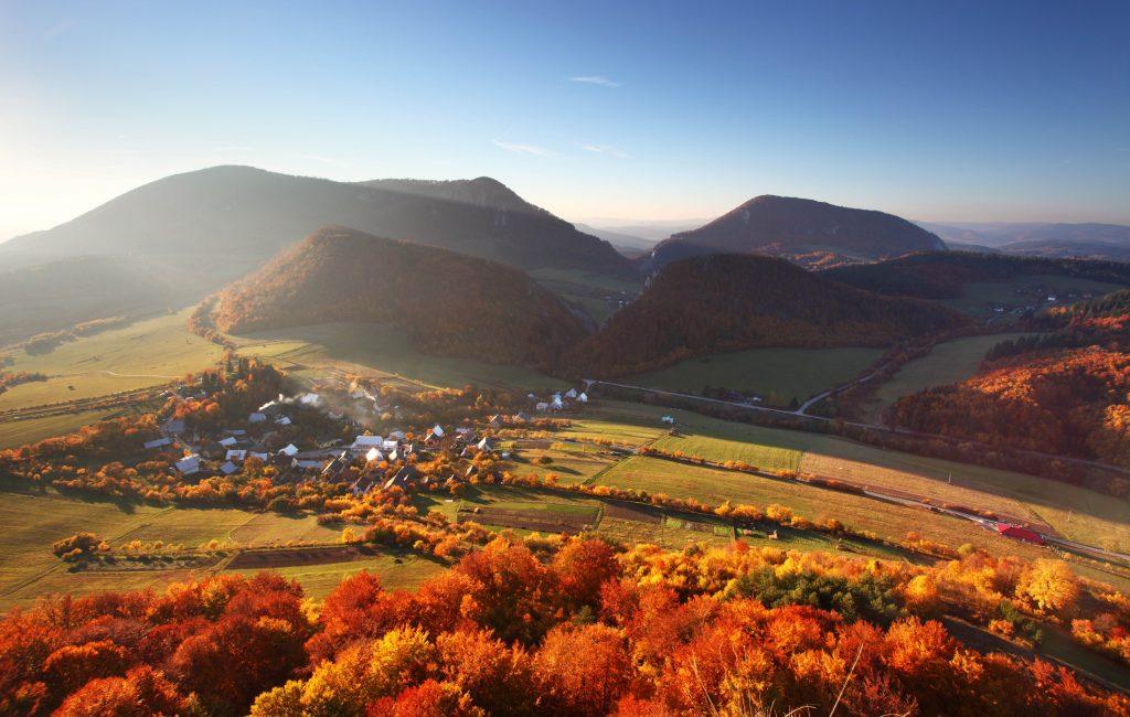 slovenská príroda a krásny letecký záber na Čachtice v jesennom období