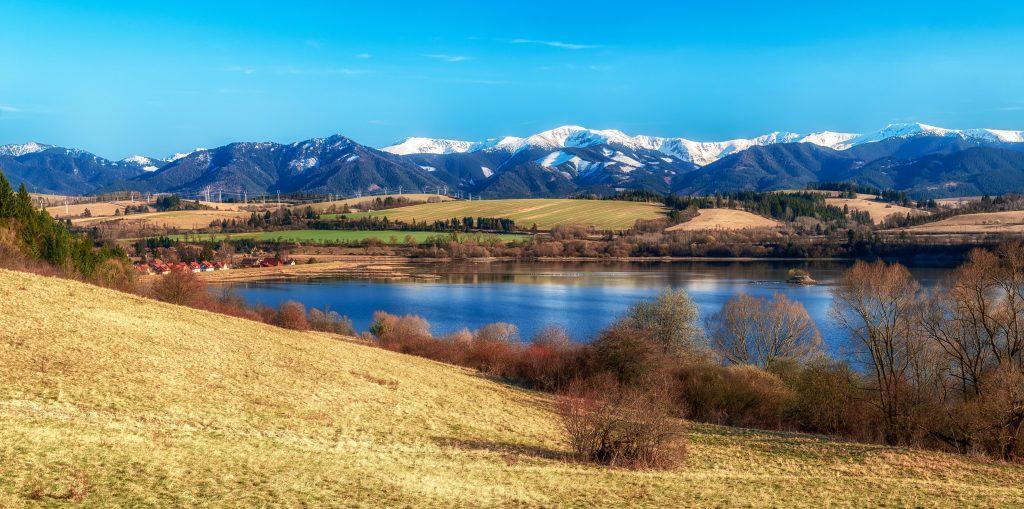 Výhľad na Tatry, krásne zasnežené kopce na Slovensku