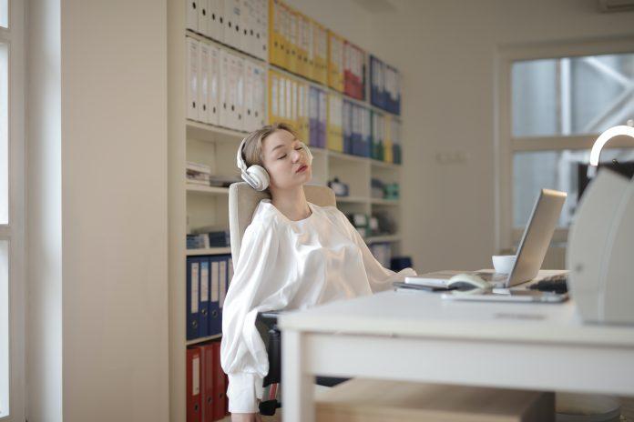 žena pri pracovnom stole
