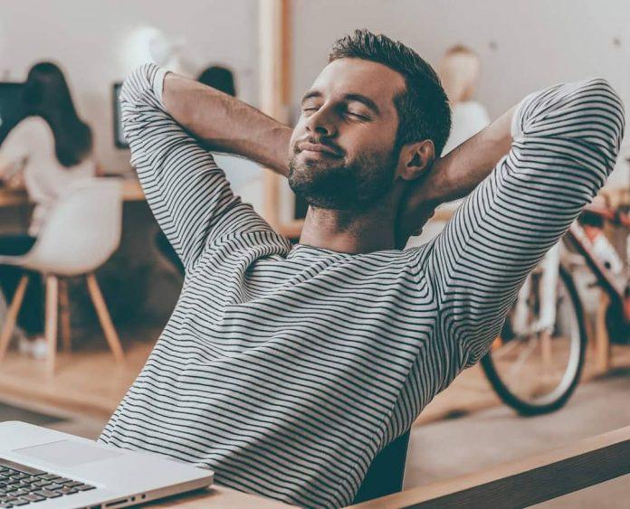 Mladý muž vychutnávajúci svieži vzduch o svojo openspace office