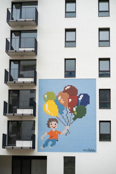 farebné mozaikové obrazce na fasáde modernej bytovky v Dúbrave