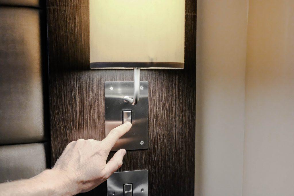 krásna hotelová izba a moderné osvetlenie pri posteli