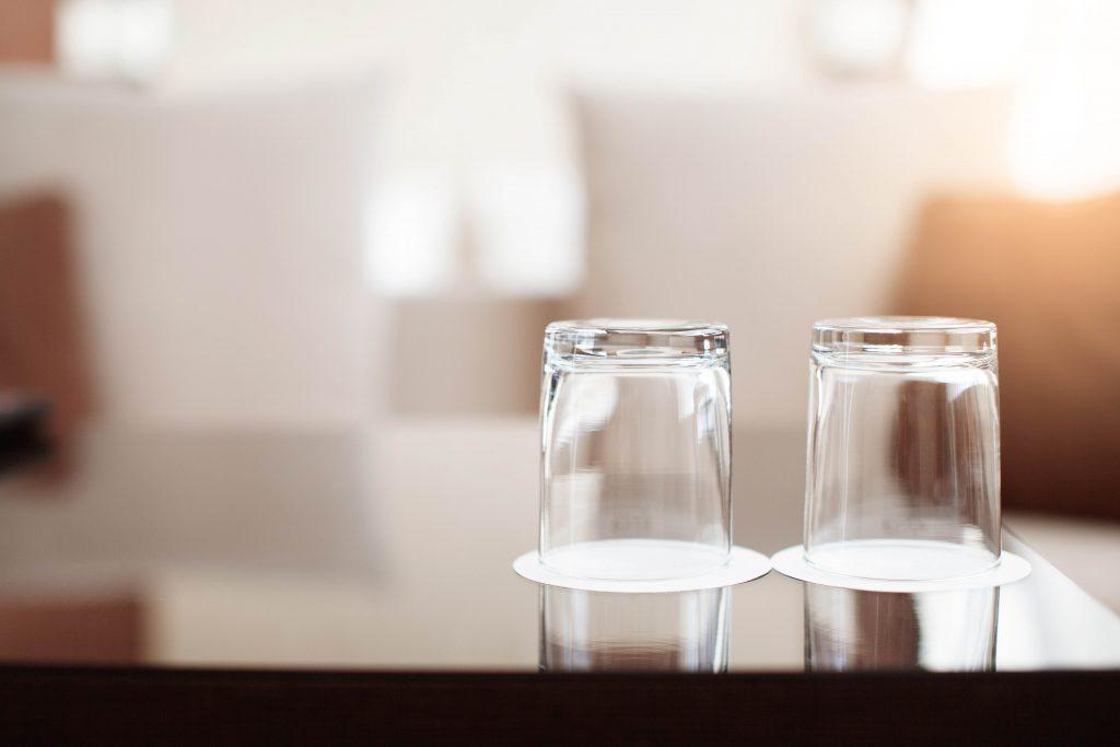 čisté a lesklé sklenené poháre v hotelovej izbe