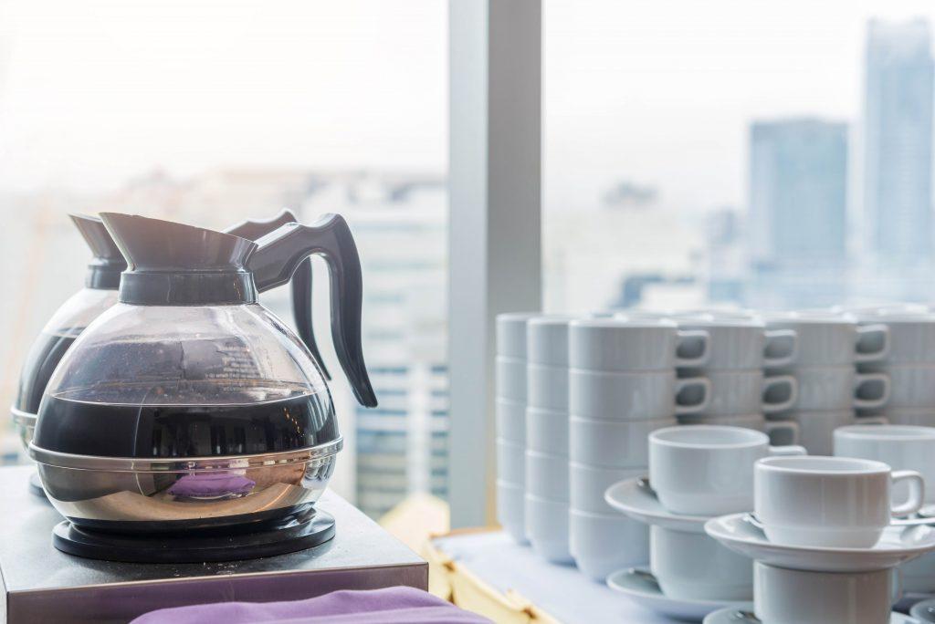 čerstvo uvarená káva v sklenenom kávovari pripravená na pitie