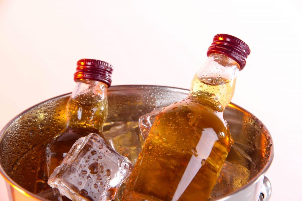 alkohol z minibaru v hotelovej izbe