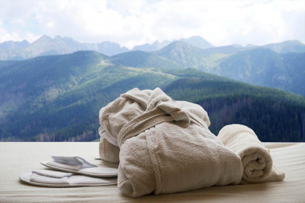 výhľad na hory z hotelovej izbe počas leta