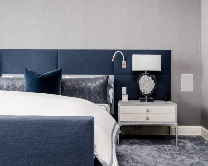 modrá posteľ a elegantný nábytok v mužskej spálni