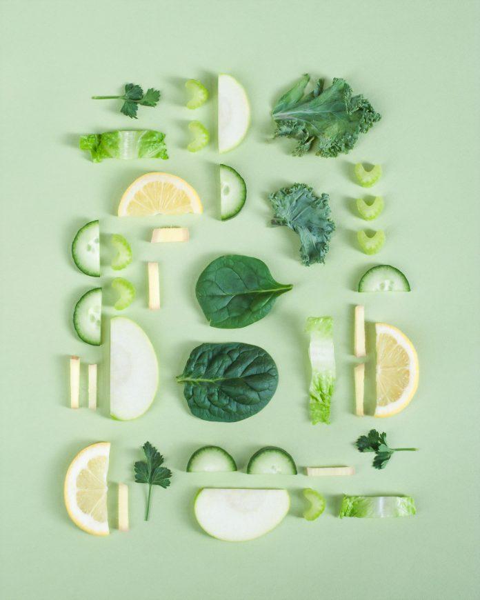 zelené listy a ovocie zo záhrady