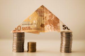 domček vytvorený z bankoviek a mincí