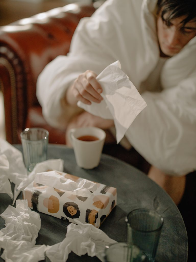 nachladnutý muž s vreckovkou ruke so silnou alergickou reakciou na peľ