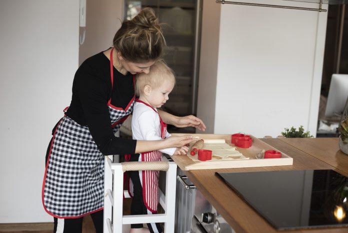 mamička s dcérkou spoločne pečú koláče