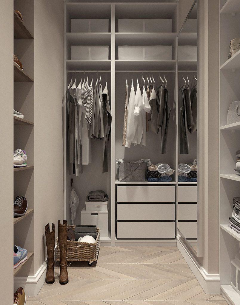 pekne roztriedené oblečenie a bielizeň v bielom šatníku