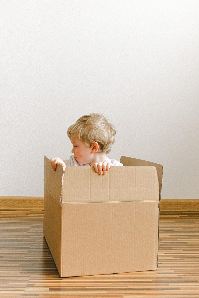 malé dieťa a kartónová krabica
